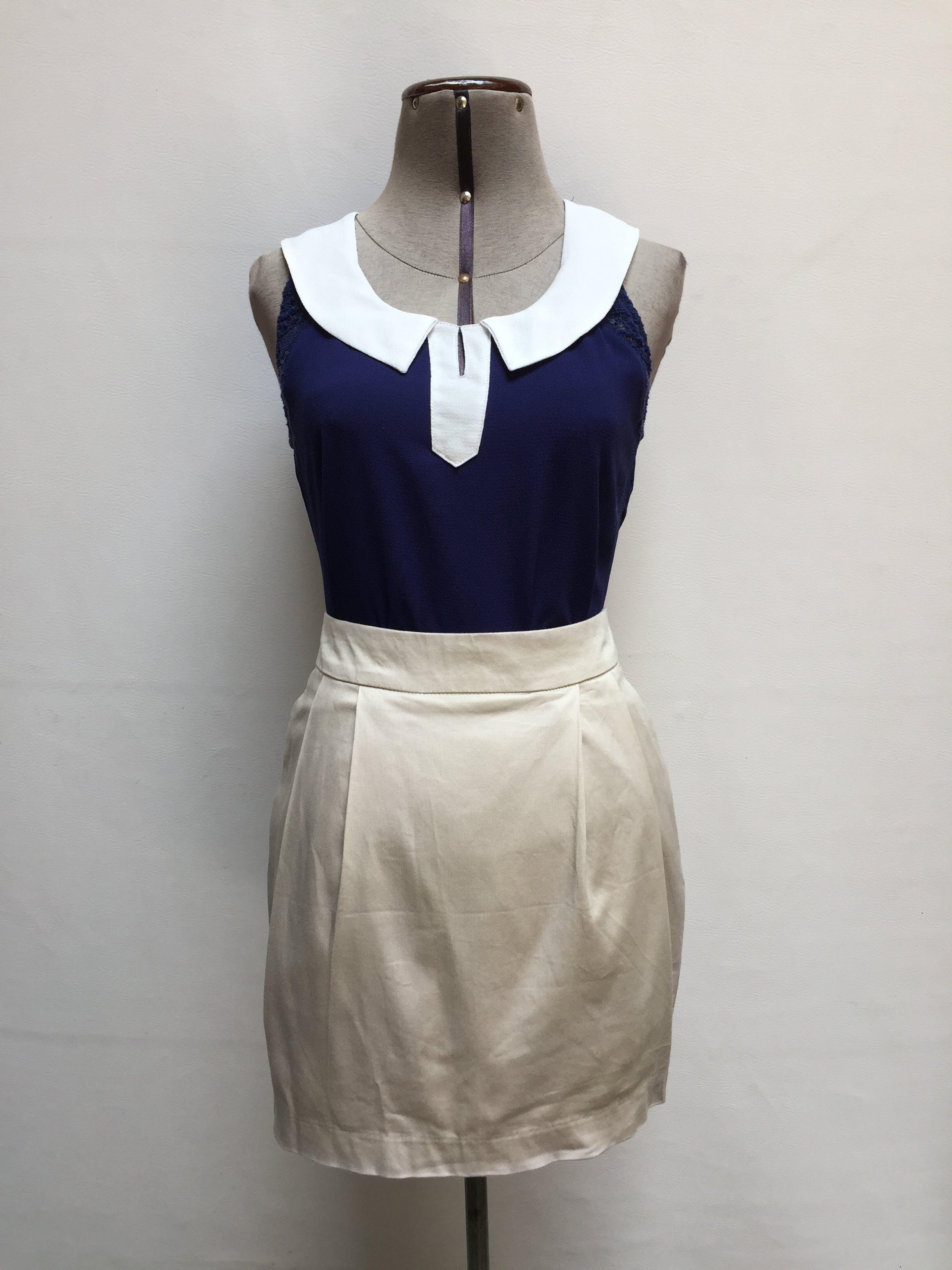 Blusa de gasa azul, cuello redondo con detalles blancos y encaje en las mangas, botòn y abertura posterior Talla S